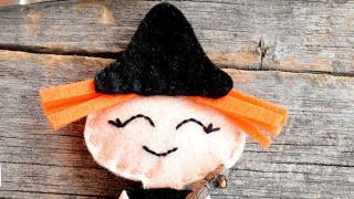 Cómo hacer una brujita de fieltro para Halloween - Paso 3