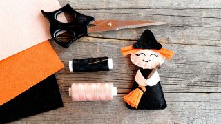 Cómo hacer una brujita de fieltro para Halloween - Paso 2