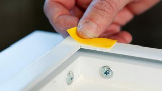 Cómo pegar y despegar objetos de una pared
