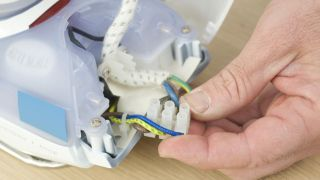 Cómo arreglar el enchufe de una plancha