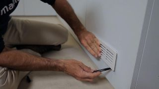 Cómo colocar una rejilla de ventilación en un armario