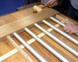 Cabecero de cama de madera y tubos de aluminio