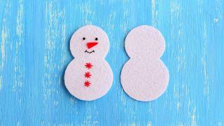 Cómo hacer un muñeco de nieve de fieltro para Navidad - Paso 3