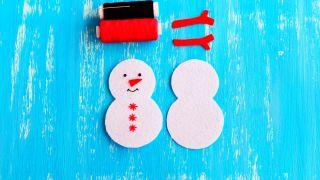 Cómo hacer un muñeco de nieve de fieltro para Navidad - Paso 4