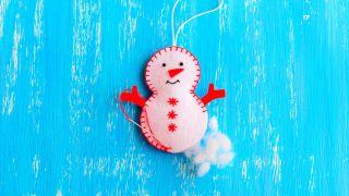 Cómo hacer un muñeco de nieve de fieltro para Navidad - Paso 5