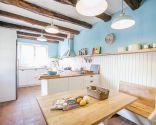 Cocina rústica en blanco y azul