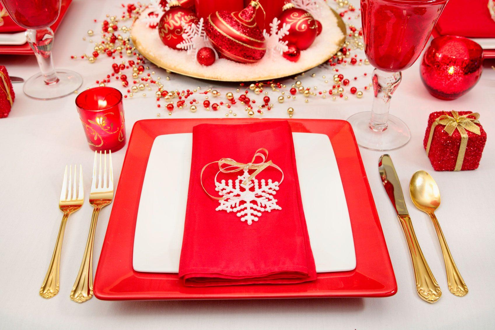 Decorar mesa de navidad en blanco rojo y dorado hogarmania for Vajillas para navidad