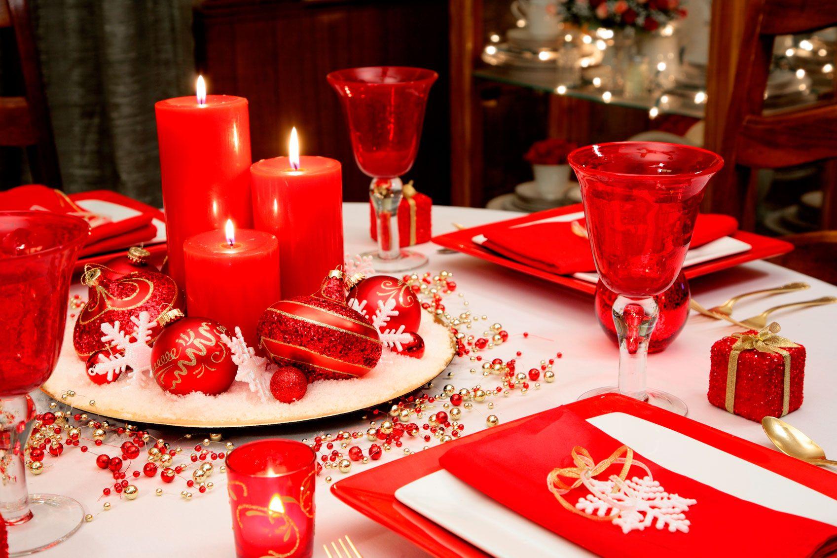 Decorar mesa de Navidad en blanco, rojo y dorado