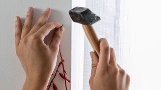 Decora las ventanas con guirnaldas en blanco, rojo y gris - Paso 1