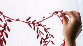Decora las ventanas con guirnaldas en blanco, rojo y gris - Paso 2