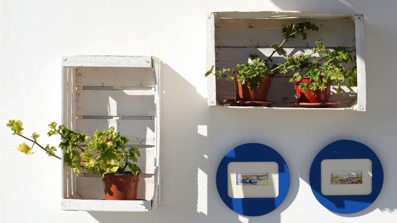 composicin decorativa en la pared una composicin con cajas de madera