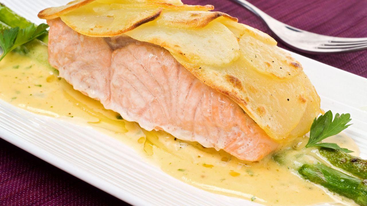 salmón con espárragos y papas