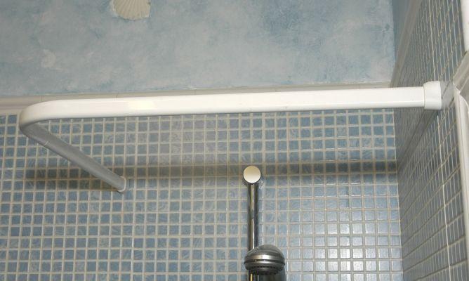 Colocar una barra de cortina de ducha bricoman a for Barra cortina ducha ikea