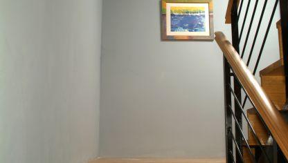 Pintar pared de recibidor bricoman a - Como pintar una escalera interior ...