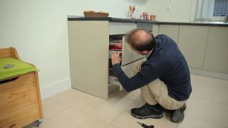 Cómo regular cajones de la cocina