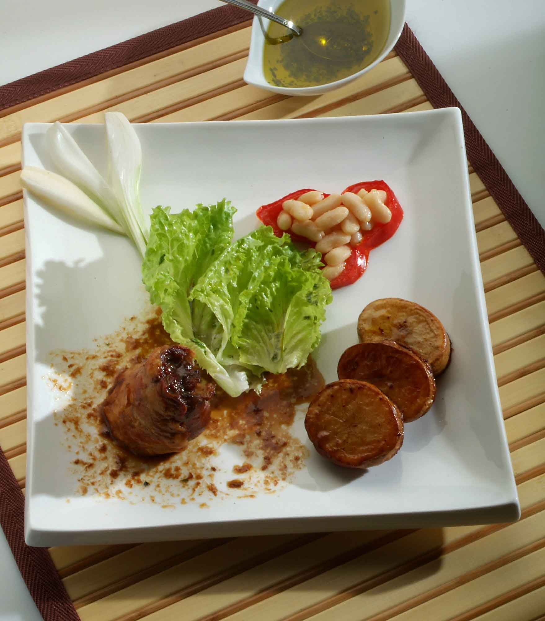 Paletilla de cordero con patatas y legumbres