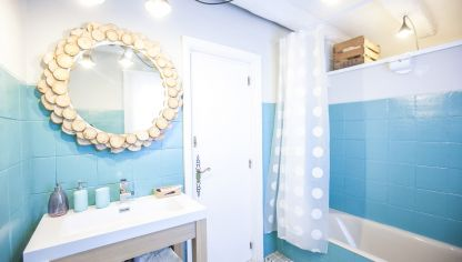 Decorar baño grande y luminoso en blanco y azul