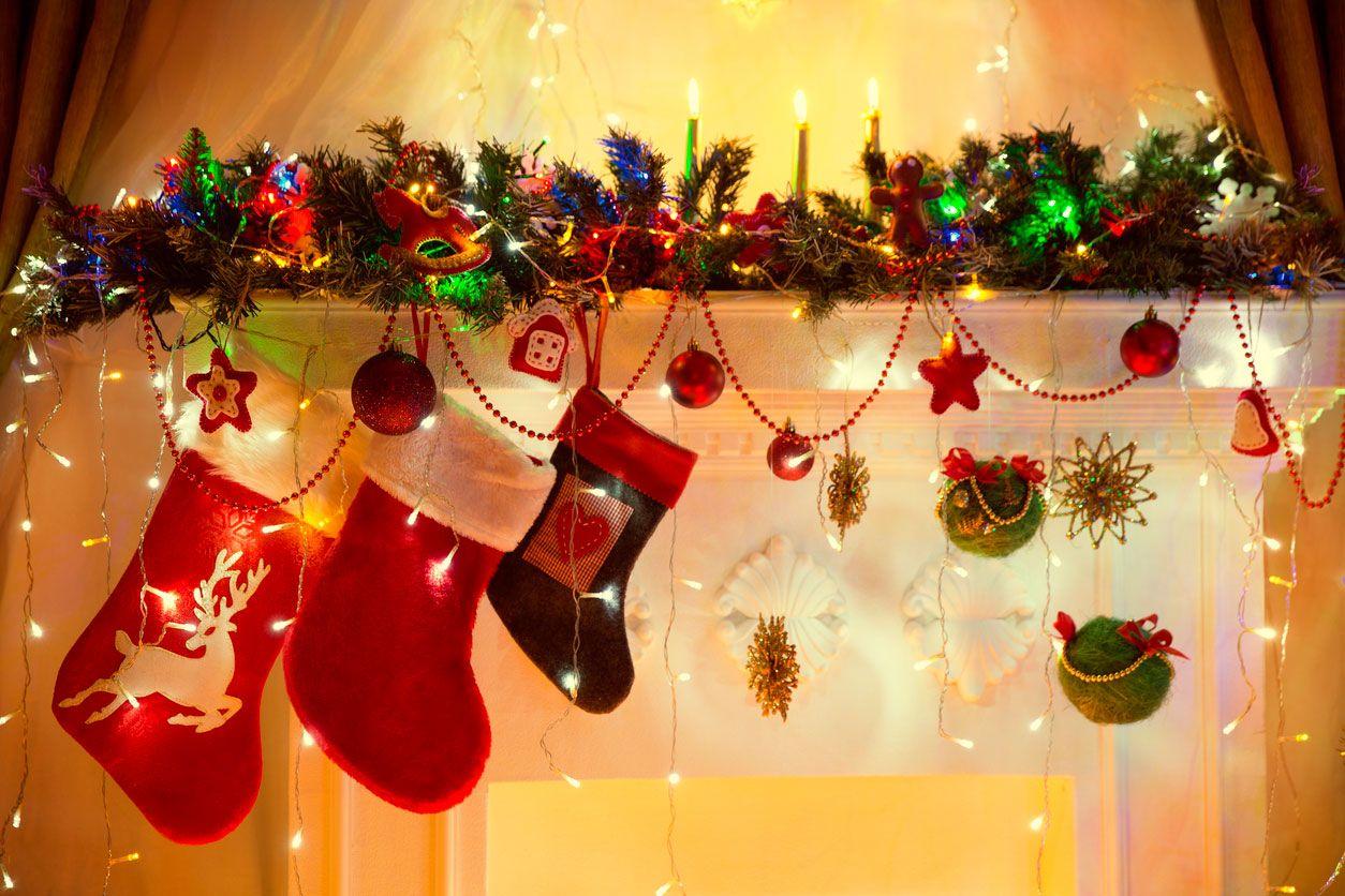Decorar la chimenea en navidad hogarmania - Decorar postales de navidad ...
