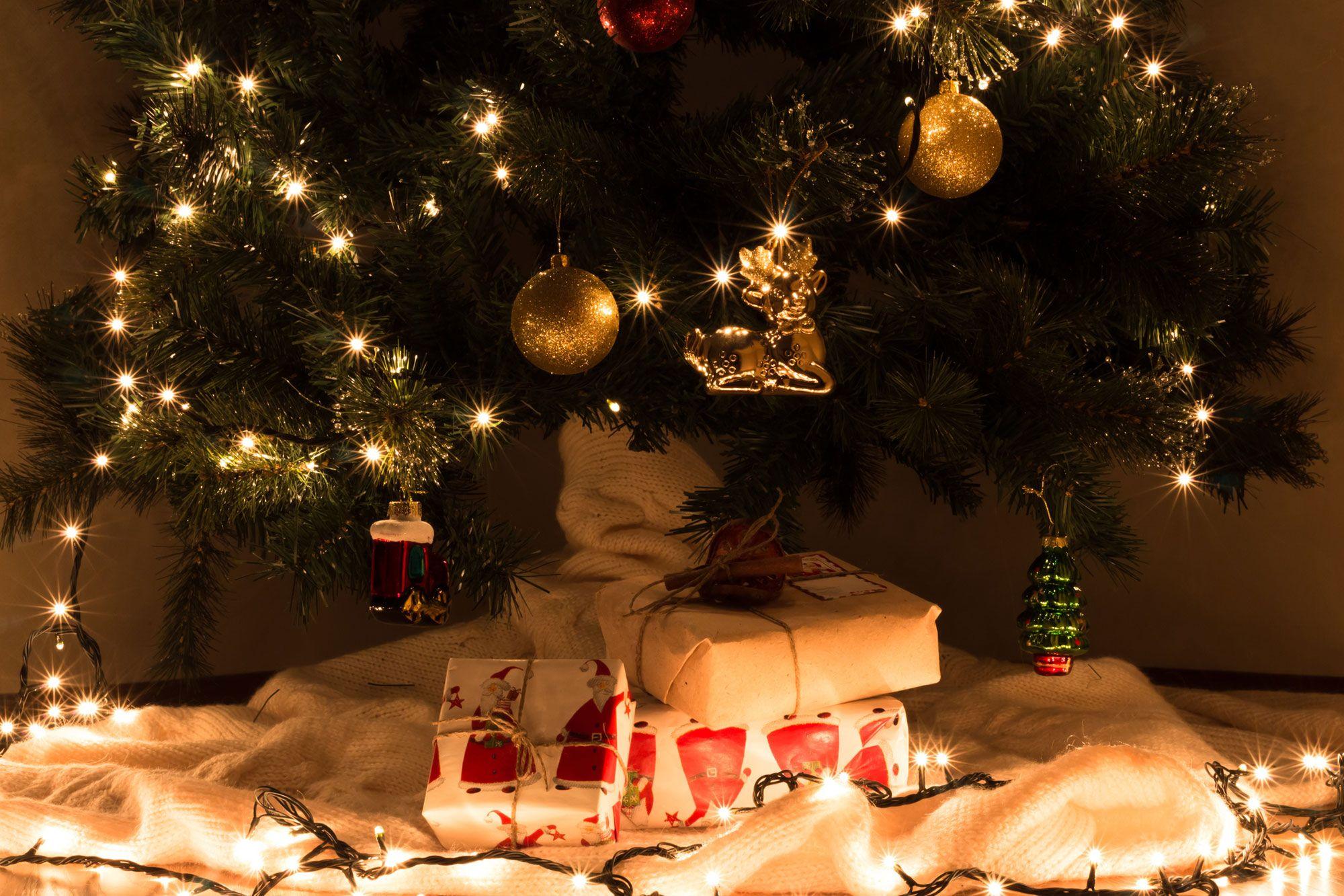 Ideas para decorar el pie del rbol de navidad hogarmania for Fotos decoracion navidad