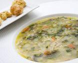 Sopa de verduras con costrones de albahaca