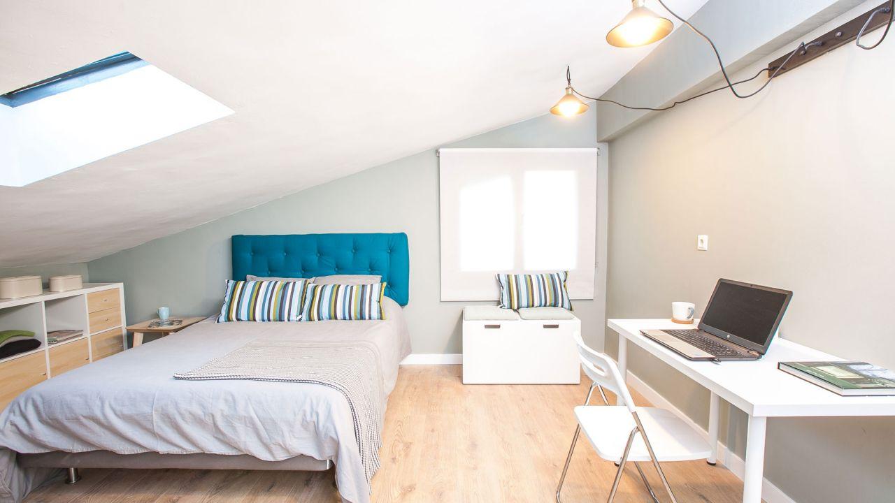 Decorar un dormitorio pr ctico en una buhardilla general - Como decorar una buhardilla ...