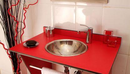 mueble rojo para lavabo