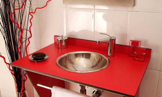 Mueble rojo para lavabo bricoman a for Mueble lavabo desague suelo
