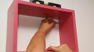 Pintar y colocar estantes de madera