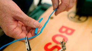 Cómo hacer una conexión eléctrica con un tubo termoretráctil