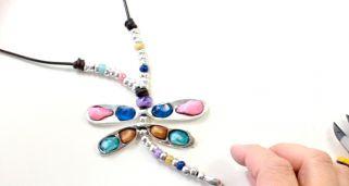 c3ed855254a8 Cómo hacer un collar libélula con resinas de colores
