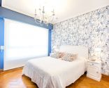 Dormitorio floral en blanco y azul