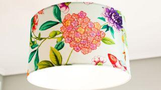Cómo personalizar la pantalla de una lámpara con tela floral
