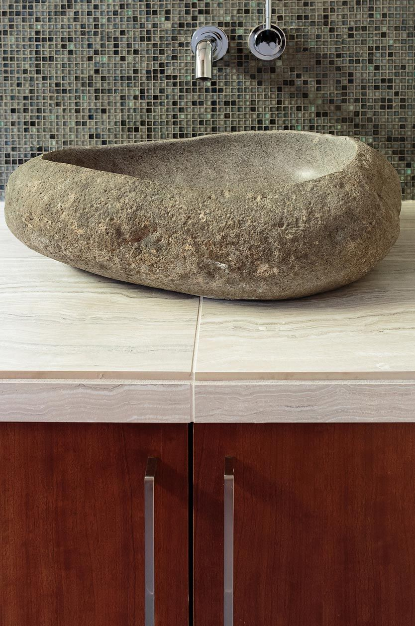 Madera y piedra para decorar el baño