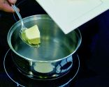 Introduce la mantequilla en el cazo
