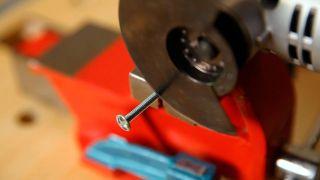 Cómo cortar un tornillo