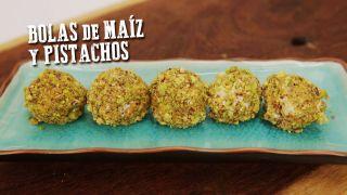 Bolas de maíz y pistachos