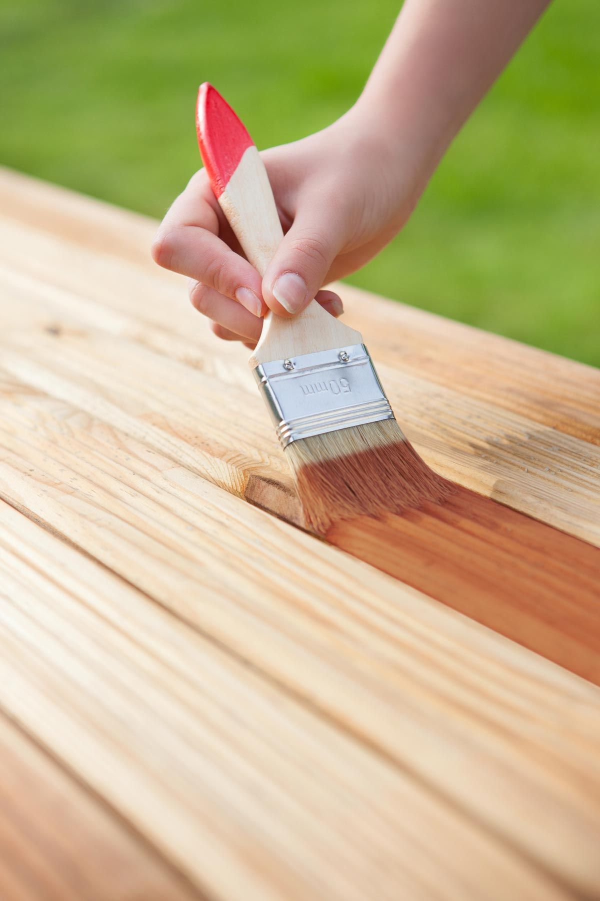 C mo barnizar la madera hogarmania - Como barnizar madera ...