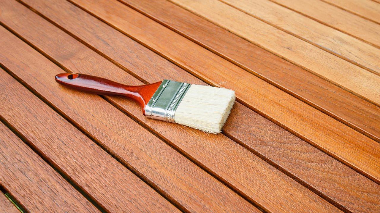 C mo evitar burbujas al barnizar la madera hogarmania - Como barnizar madera ...
