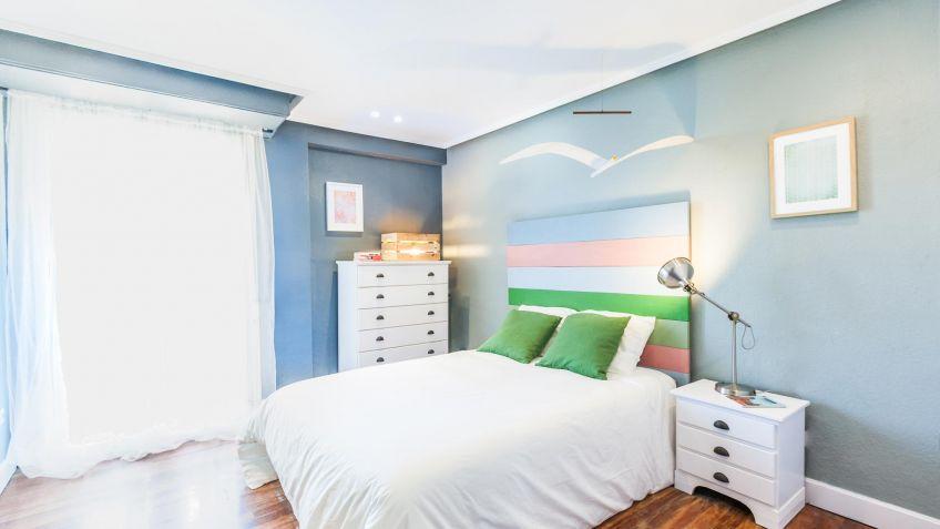 Dormitorio juvenil con cabecero de colores - Decogarden