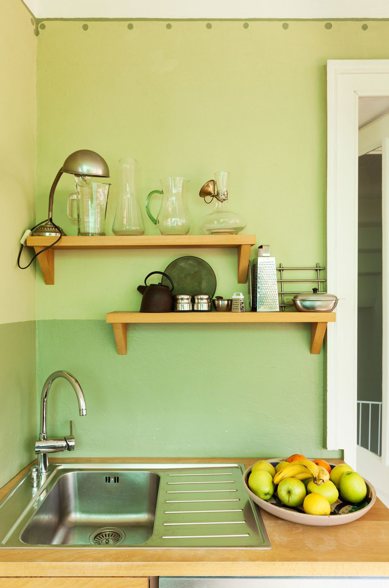 Decorar una cocina en color verde hogarmania - Como empapelar una pared ...