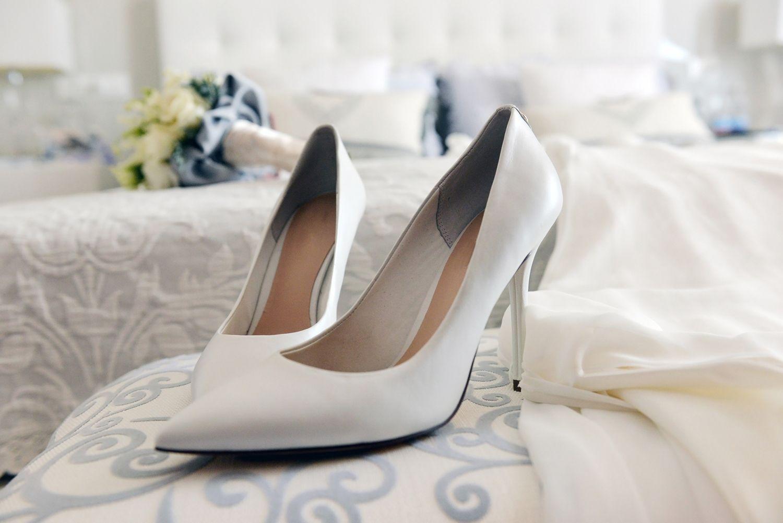 Zapatos para la novia en una boda