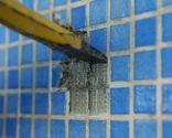 Cómo arreglar baldosas de piscina