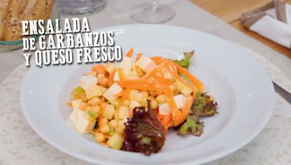 Ensalada de garbanzos y queso fresco