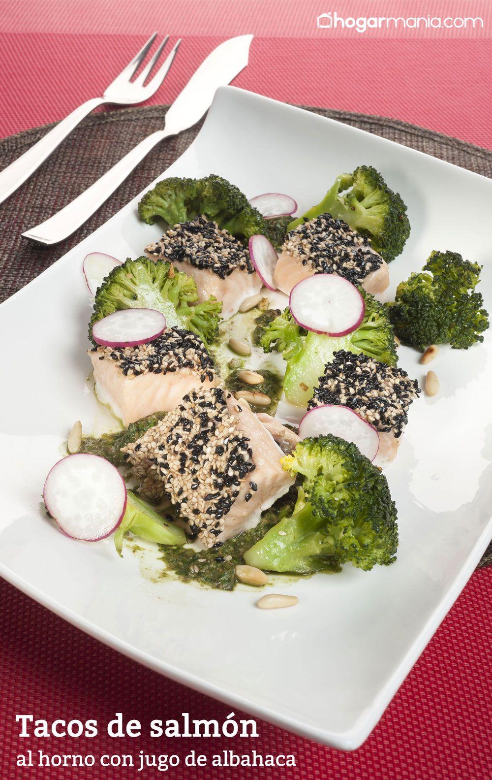 Tacos de salmón al horno con jugo de albahaca