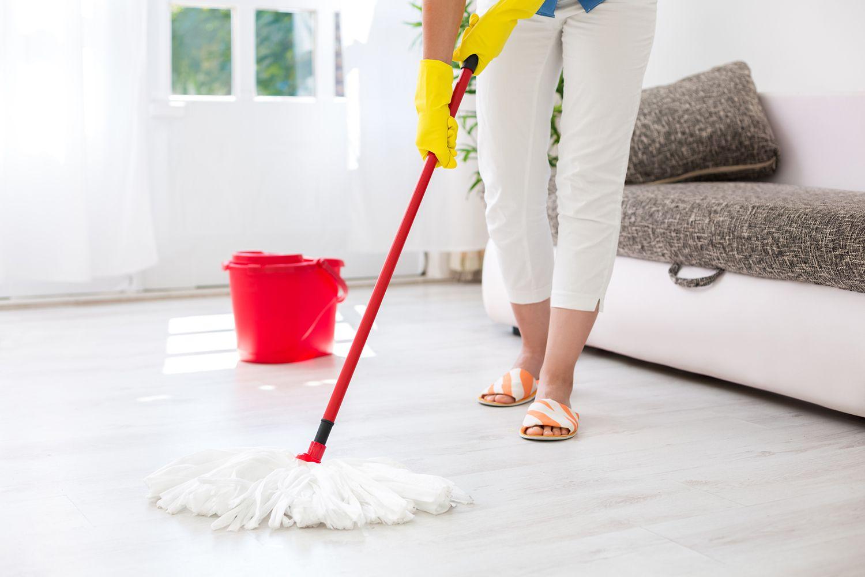 Fregar el suelo una vez a la semana