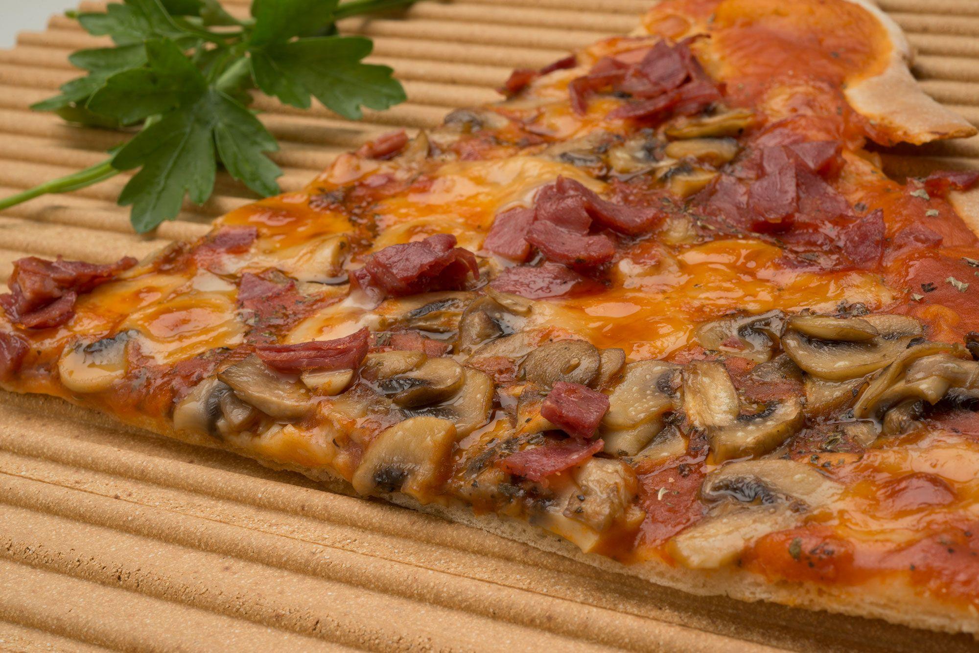 Pizza de champiñones y pavo curado