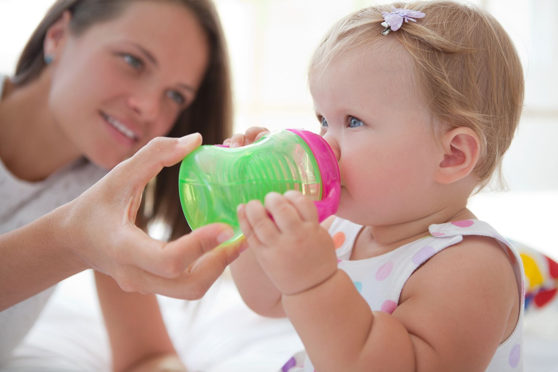 Bebés bebiendo agua
