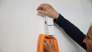 Cómo colocar colgador con forma de pinza