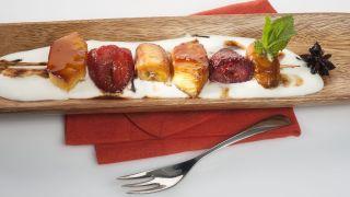 Brochetas de frutas asadas con crema de yogur