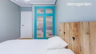 Dormitorio minimalista y nórdico en azul turquesa y blanco